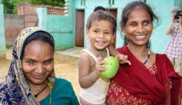 Die beiden blinden Frauen freuen sich sehr, dass sich der Friendcircle Worldhelp ihrer Sorgen annimmt und das Kind auf dem Arm freut sich über das Obst.