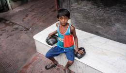 4. Juli: Heute erzählen wir euch die Geschichte von Arshad und seiner Familie. Arshad ist ein sechsjähriger Junge, dessen Leben sich überwiegend auf der Straße und in einer einfachen, offenen Behausung abspielt. Wir treffen ihn in der Nähe des Hotels.