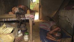 Ein älteres Ehepaar ruht in seiner Hütte aus.