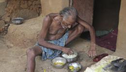 Wasserreis, Dal und eine kleine Mango hat der alte Mann heute erbetteln können.