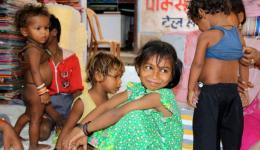 Einkauf:  Das Mädchen aus der Leprakolonie bei Samastipur freut sich sehr über das neue Kleid.