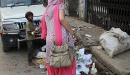 Unterwegs treffen wir einen Müllsammlerjungen. Das Schicksal dieser Kinder berührt uns immer besonders und spontan entscheiden wir uns, ihm einige Rupien in die Hand zu drücken. Etwa 80 Cent, was für ihn sicher weit mehr als ein Tageslohn ist.