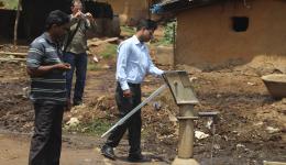 30m unterhalb des Geländes der Jagannath-Kolonie befindet sich auf dem Grundstück eines Bauern ein Brunnen mit Handpumpe. Leider können die Leprabetroffenen diesen Brunnen aufgrund des überall vorhandenen Stigmas nicht mitbenutzen.