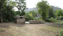 """Der für die Feldbewässerung in der """"Radha Krishna"""" Kolonie gespendete Brunnen ist seit April 2013 auch die einzige Quelle zum Trinken, Kochen und Waschen. Die vorherige, spärliche Wasserquelle ist in der Trockenperiode versiegt."""