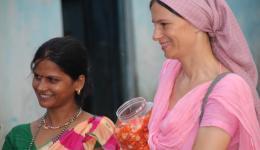 Hier teilt Alexandra mit der Nachhilfelehrerin der Chota Phool Kolonie Bonbons an die Kinder aus.