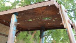 Eine rostige, für die Kinder mittlerweile gefährliche und dennoch weiterhin genutzte kleine Rutschbahn steht auf dem Gelände der Radha Krishna Kolonie. Wohl das einzige Spielzeug für die Kinder... Der FriendCircle WorldHelp übernimmt die Reparatur.