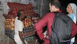 """18. Juni – Auf dem Weg zur """"Radha Krishna"""" -Kolonie werden fünf weiche Liegepolster für einige besonders bedürftige alte Menschen besorgt. Der Händler gibt einen großen Rabatt für den guten Zweck."""