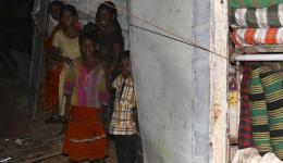 Die ganze Familie des Polsterhändlers beobachtet freudestrahlend den überraschenden Besuch, der die nächsten Tage ihr Einkommen sichert.