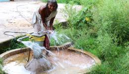 Die Freude der Bewohner in der Devgan-Kolonie ist groß! Auch Menschen mit starker Behinderung können den Brunnen nun leicht bedienen, da eine elektrische Pumpe vom FriendCircle -WorldHelp installiert wurde.