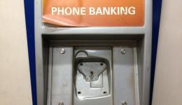 Tägliches Abheben von Rupien mit der Karte. Daneben: Telefon-Banking...