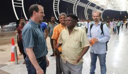 Abschied von Guido und Christian am Flughafen von Bhubaneshwar. Venu, Umesh und Alexandra bleiben noch in Bhubaneshwar, um für die Wasserleitung bei Paradip noch einiges Organisatorische zu erledigen.