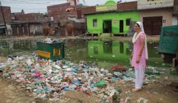 In den letzten Tagen der diesmal fast zwei-monatigen Reise des FriendCircle WorldHelp durch verschiedene Bundesstaaten Indiens, besuchen Michael und Alexandra mehrere, besonders arme Schulen. Hier auf dem Foto eine Schule im Hintergrund (grün).