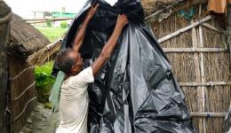 Kolonie Bibra:  Alle sind dankbar, dass sie vom FriendCircle WorldHelp Plastikplanen als Schutz vor dem Regen für ihre Hütten bekommen haben. Oft tropft der Regen an verschiedenen Stellen in die Behausungen, was Schlamm auf dem Erdboden verursacht. Das