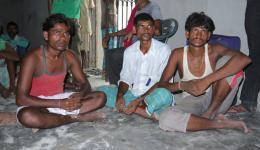 Diese jungen Männer der Leprakolonie sind bereits die Kinder der Betroffenen und sind selbst nicht leprakrank. Auch sie erhalten keine Arbeit. Der FriendCircle WorldHelp spendete beim letzten Aufenthalt vier Fahrradrikshas. Sie verdienen täglich 1,50 €.
