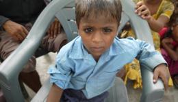 Dieser Junge leidet unter der Krätze. Eine Krankheit, welche häufig unter Lebensumständen, in welchen auch dieser Junge lebt, auftritt...