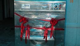 Dr. Abraham zeigt uns Bilder von der feierlichen Einweihung der neuen Waschmaschine.