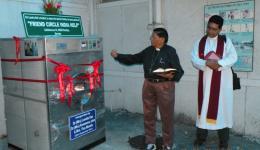 Auch ein Pfarrer ist bei der Zeremonie dabei.