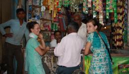 Gemeinsam mit Venu und einigen Verantwortlichen der Leprakolonie fahren wir zu einigen Großhändlern.  Durch die Unterstützung von Venu sparen wir bei diesen Händlern zwar nicht sehr viel, aber dennoch umgerechnet ca. 14 €. Ein heftiges Feilschen...
