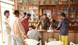 Zusammen mit Venu sprechen wir bei einem Glas Chai (= indischer Tee) mit dem Verantwortlichen der Gruppe und fragen nach den Dingen, die am Nötigsten gebraucht werden. Wieder sind dies überwiegend Nahrungsmittel. Foto: Bei einem Großhändler.