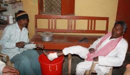 Wir werden von Venu zu den Verantwortlichen der Leprakolonie gebracht, welche uns eine medizinische Station zeigen wo täglich die Verbände gewechselt werden.