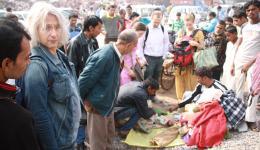 Der Händler breitet eine Plastikplane auf einem Sandhaufen aus. Wir werfen alle Jacken darauf, damit wir und der Händler sie zählen können. Insgesamt haben wir 45 Kinderjacken ausgesucht, pro Jacke bezahlen wir 200 Rupien, das sind ca. drei Euro.
