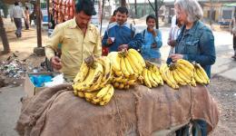Wir unterbrechen die Fahrt, als wir einen Bananenhändler an der Straße entdecken.