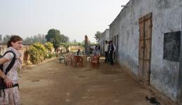 Der Direktor der Schule bittet uns zu einem Kreis vorbereiteter Stühle in der Mitte des länglichen Schulplatzes.