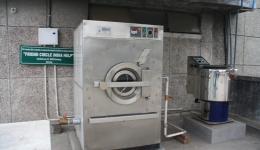 Die Waschmaschine und die zugehörige Wäscheschleuder an ihrem endgültigen Ort auf dem Dach des Krankenhauses.