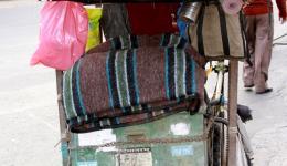 Decken auf einem handbetriebenen Rollstuhl.