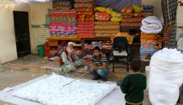 Bunte Matratzen und Decken werden in diesem Laden angeboten.