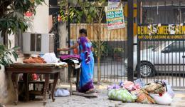 Eine Inderin im Saari sortiert Stoffe.