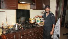 Das Gemüse wird in Chetans Küche gekocht.