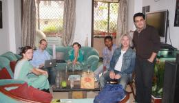 Caye, Christian, Anna, Sunny, Peter und Chetan treffen sich in Chetans Wohnung.
