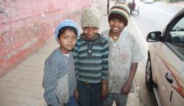 Drei von den Kindern stellen sich für ein Foto in Pose.
