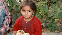 Ein kleines Mädchen von der Straße auf der zweiten Station der Suppenküche.