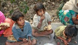 Zwei Kinder blicken auf zu Chetan oder Sunny.