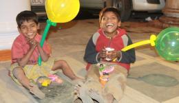Diese Kinder freuen sich über die Luftballons, die wir einem anderen Kind an einer Straßenkreuzung abgekauft haben.