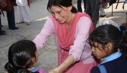 Indische Freunde halfen Alexandra dabei und organisierten außerdem einen besonders günstigen Einkauf von über 6250 Kleidungsstücken (Pullover, Unterwäsche, Schals, Schuhe, Handschuhe etc.) und die Verteilung an 2500 Schulkinder unterhalb der Armutsgrenze.