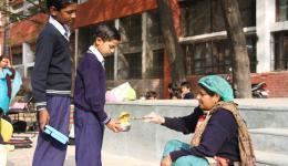 Reis und Linsen ist das tägliche Gericht, welches die Kinder in der Schule umsonst bekommen und die Familien dadurch entlasten, indem sie schon eine Mahlzeit weniger täglich aufbringen müssen.