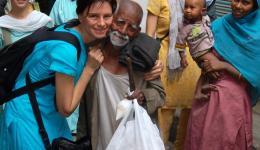 Als wir dem Mann ein Mittagessen und eine Süßspeise kaufen, kommt eine junge Mutter mit ihrem Baby auf dem Arm erwartungsvoll und lächelnd auf uns zu. Sie drückt ihr Baby Anna in den Arm, die sich darauf hin fasziniert mit dem kleinen Mädchen beschäftigt.