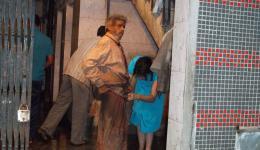 Als wir unseren völlig aphatischen Patienten auf die Treppen des Hospitals stützend begleiten, werden wir abgelehnt und zu einem öffentlichen Krankenhaus verwiesen. Ganz plötzlich erscheint ein junger Mann und bietet uns seine Hilfe an.