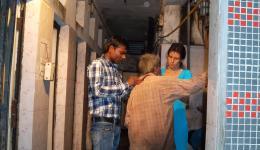 """Der junge Mann heißt Ashok oder auch Sunny und erweist sich an diesem Tag für uns als großer Segen. Bei dem """"Duschhaus"""" angekommen wird Manuj mit kleinen Eimern mit Wasser übergossen und mit Seife abgeschrubbt und gereinigt."""