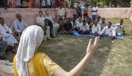 Alexandra wird von den Bewohnern des vierten Dorfes gebeten, eine Rede zu halten.