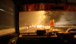 Auf der Fahrt vom Flughafen zum Hotel. Wir benötigen zwei der kleinen Maruti-Vans für unsere vier Personen und Gepäck. 750 Rupies (10,70 Euro) für zwei Autos (!) und ca. 35 Minuten Fahrt - das ist auch Indien :-) Der Smog beißt und wir husten im Auto...
