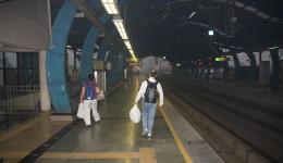 In einer Metrostation. Sauber ist es nur auf dem Foto. Der Staub und Smog ist überall. Neben den Stationen ist das Stadtbild immer gleich - enge Gassen, viel kleine Läden, Straßenstände, sehr viel Verkehr und viele Menschen...