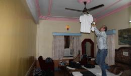 Christian, unser IT-Techniker ist handwerklich kreativ, als er feststellt, dass die Wäsche in Indien nicht in einer Nacht trocken wird.