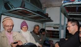Der Anschlusszug nach Patna scheint bereits voll besetzt zu sein, und trotzdem kann Venu jedem von uns noch einen Platz verschaffen. Wir tragen Mützen, welche später als letzte ausgeteilt werden, um den Obdachlosen zu zeigen, dass wir nun keine mehr haben