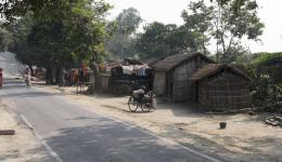 Die Leprakolonie Chakia liegt links und rechts von einer öffentlichen Straße.