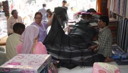 Während wir Decken, Seife, usw. einkaufen ...