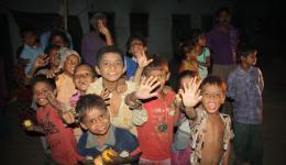 Noch am Abend kehren wir wieder in unser Hotel in Muzaffarpur zurück. Wir hinterlassen freudige Kinder und Erwachsene und versprechen, bei der nächsten Reise wieder vorbeizukommen und sie dann bei den Schritten für den Schulbesuch zu unterstützen.